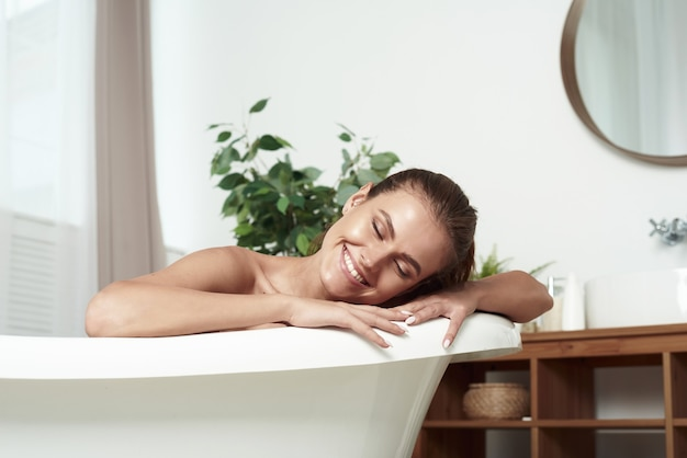 Menina com vitiligo deitada no banho