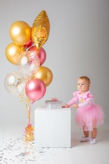 Menina comemora aniversário em branco