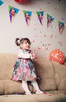 Menina comemorando a festa de aniversário