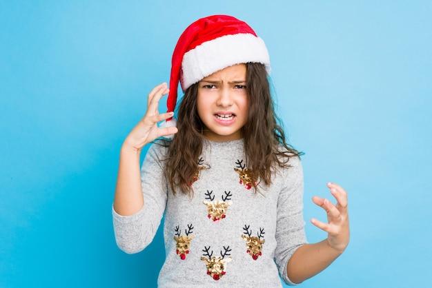 Menina comemorando o dia de natal, gritando de raiva.