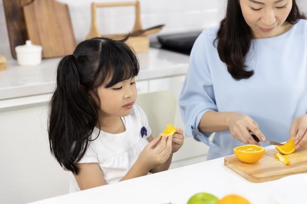 Menina comendo laranjas