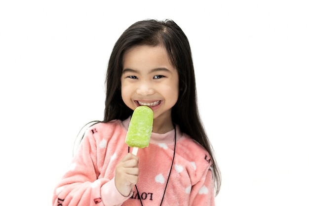Menina comendo sorvete de limão.
