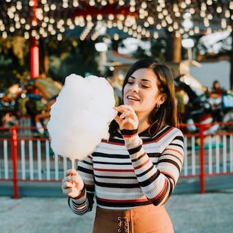 Menina, comer, algodão doce