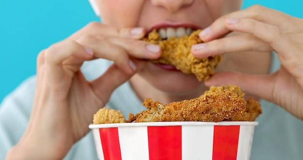Menina, comer, asas galinha