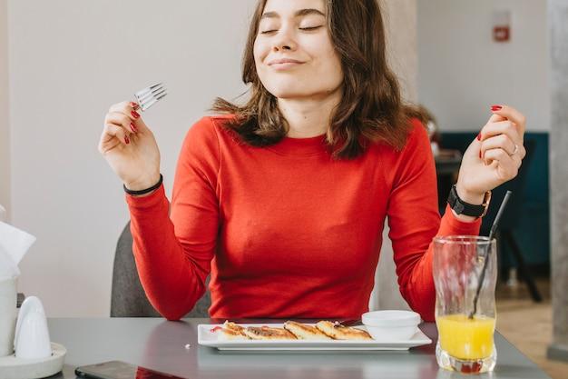 Menina, comer, em, um, restaurante