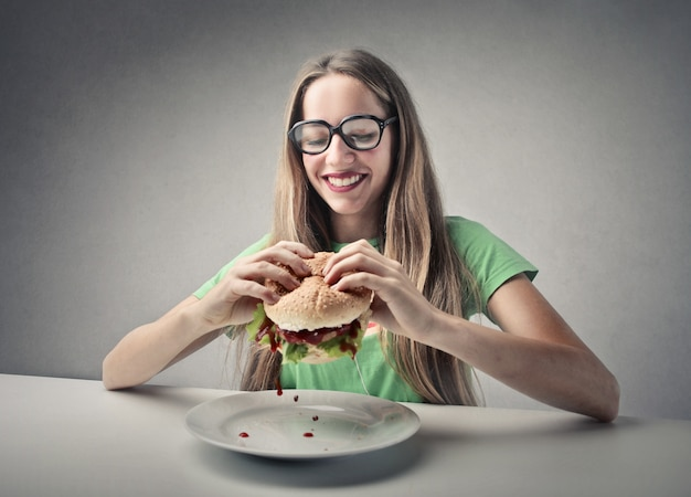 Menina, comer, um, hamburger