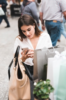 Menina compra, olhar, dela, telefone móvel