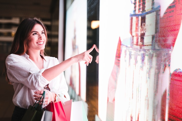Menina compra, olhar, vitrina
