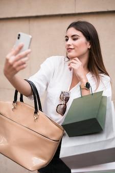 Menina compra tomando uma selfie