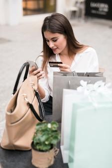 Menina compra usando cartão de compras