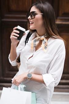 Menina compras, tendo um café
