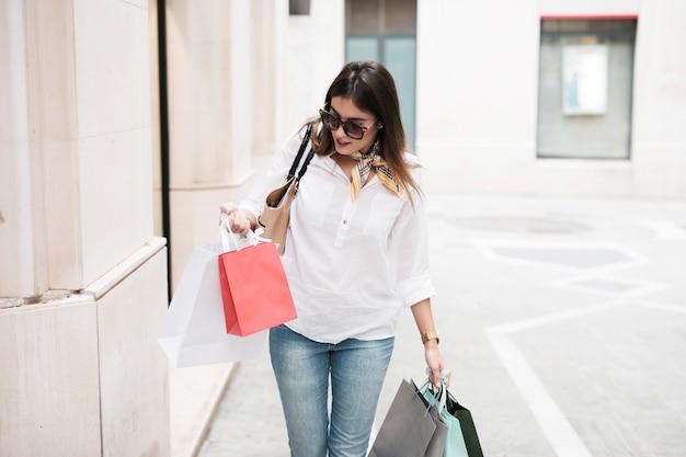 Menina compras, tendo, um, caminhada