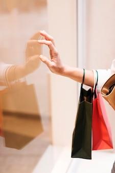 Menina compras, tocar, vitrina