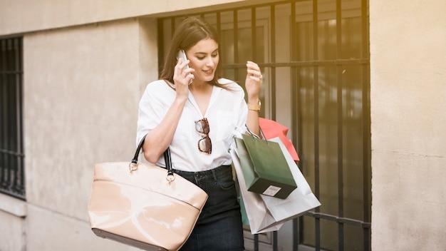 Menina compras, usando, dela, telefone móvel