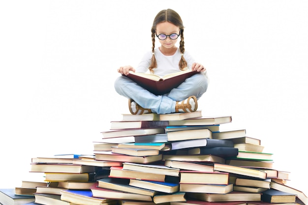 Menina concentrada cercado por livros