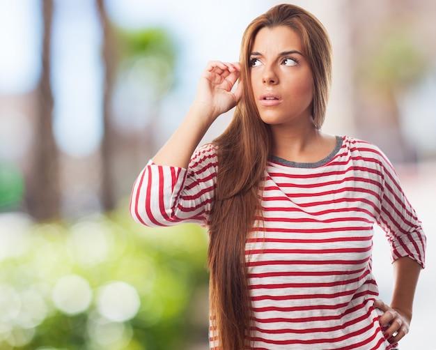 Menina concentrada em uma camisa com listras