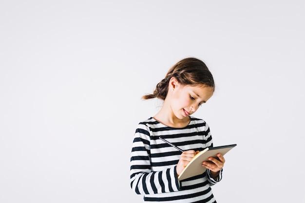 Menina concentrada fazendo anotações