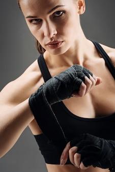 Menina concentrada usando bandagem elástica esporte