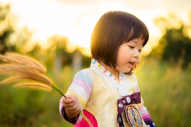 Menina coreana vestindo um hanbok tradicional ou traje tradicional coreano