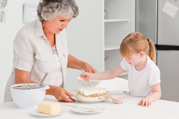 Menina cozinhando com sua avó em casa