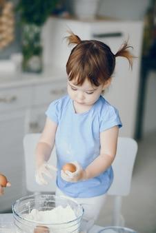 Menina cozinhar a massa para biscoitos