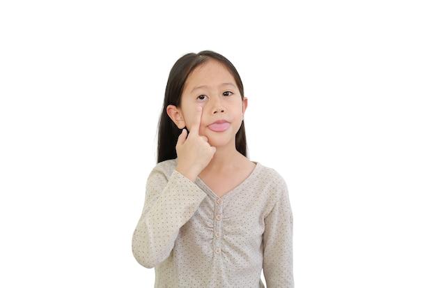 Menina criança asiática engraçada esticando a língua para fazer caretas, fazer caretas ou fazer uma careta no fundo branco isolado