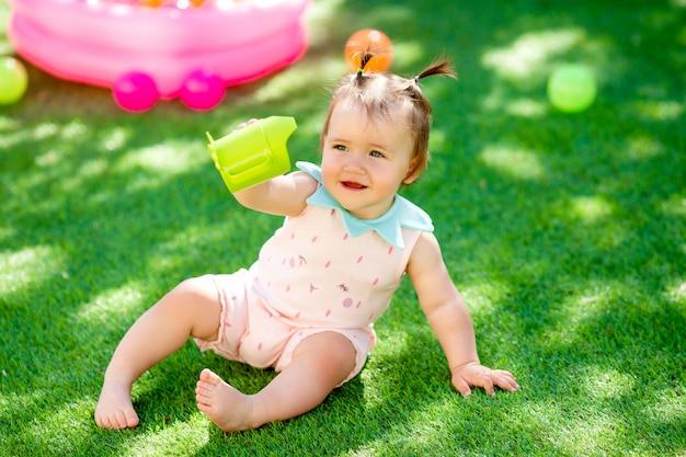 Menina criança brincando ao ar livre com os brinquedos