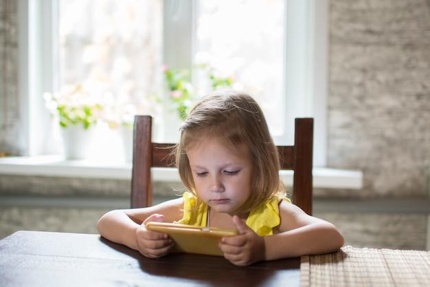 Menina criança brincando no smartphone