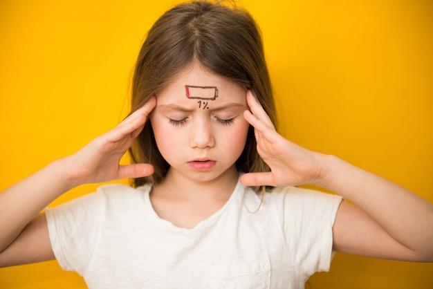 Menina criança cansada com ícone de carga baixa, conceito de estresse e fadiga