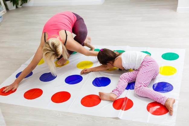 Menina criança e mãe brincando juntas em casa