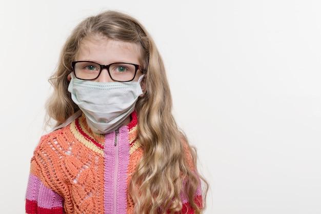 Menina, criança, em, máscara médica
