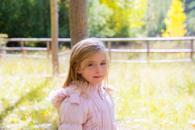 Menina criança, em, outono, ao ar livre, natureza, paisagem
