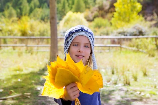 Menina criança, em, outono, poplar, floresta