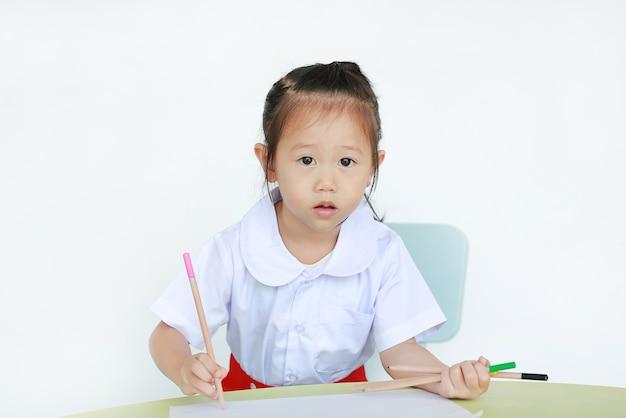 Menina criança, em, uniforme escola, desenho, ligado, papel