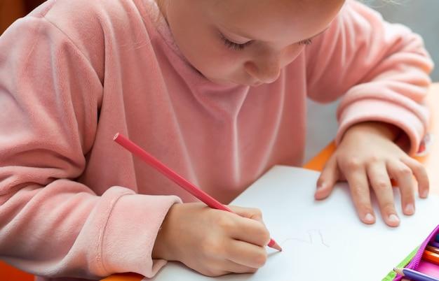 Menina criança fazendo lição de casa. quarentena