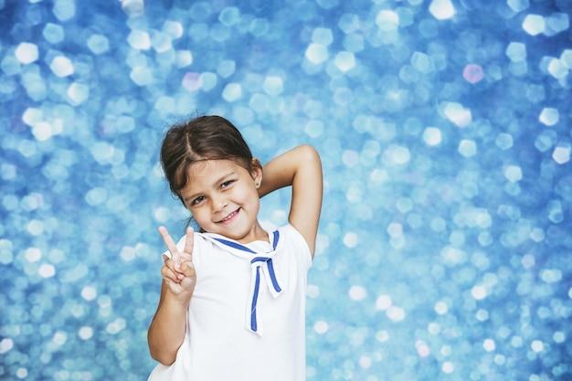 Menina criança fofa e linda com fundo brilhante feliz feliz