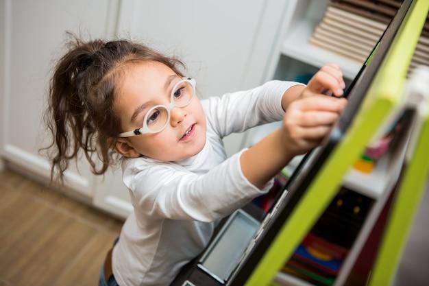 Menina criança joga em aulas educacionais