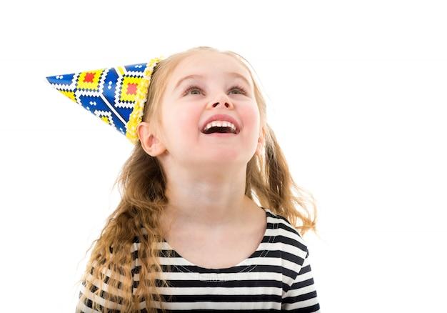 Menina criança no chapéu de cone de aniversário