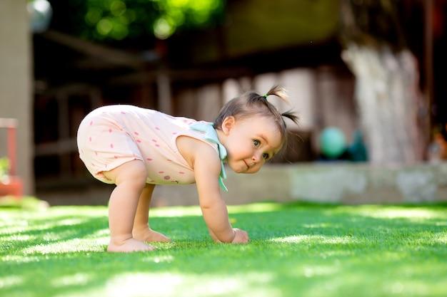 Menina criança, tocando, ao ar livre