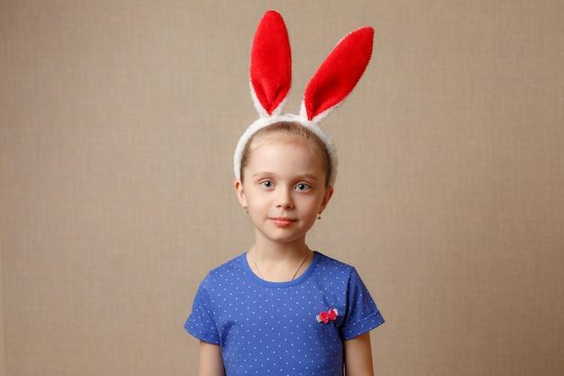 Menina criança usando orelhas de coelho no dia da páscoa.