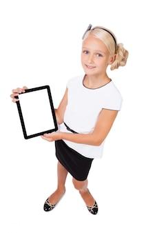 Menina da escola com um tablet nas mãos olhando para a câmera