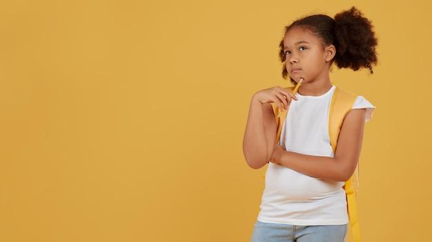 Menina da escola cópia espaço fundo amarelo