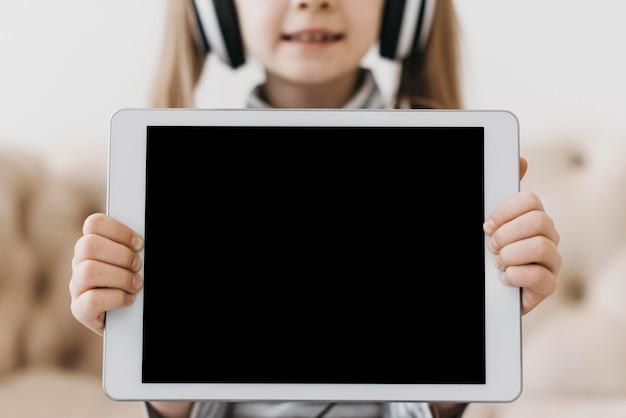 Menina da escola e dispositivo digital de cópia espacial