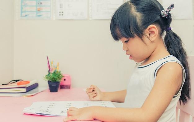 Menina da escola jovem lendo um livro em casa com efeito de cor vintage