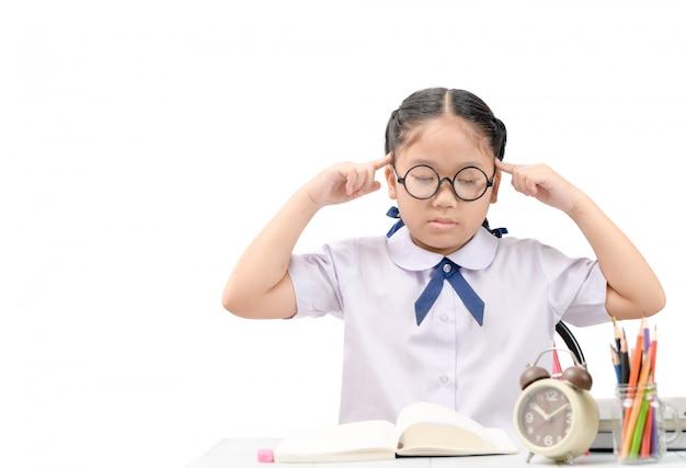 Menina da escola pensando ou dor de cabeça sobre lição de casa