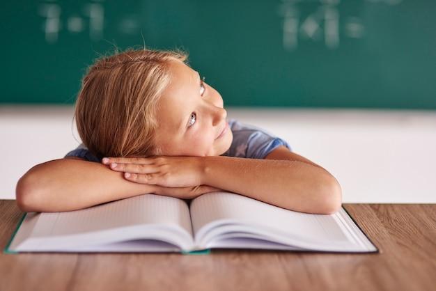 Menina da escola sonhando alto com seu futuro