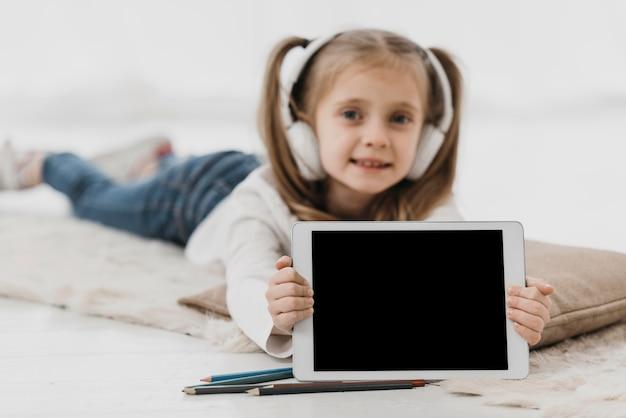 Menina da escola usando fones de ouvido escola virtual