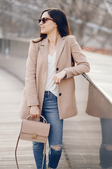 Menina da moda andando em um parque sspring