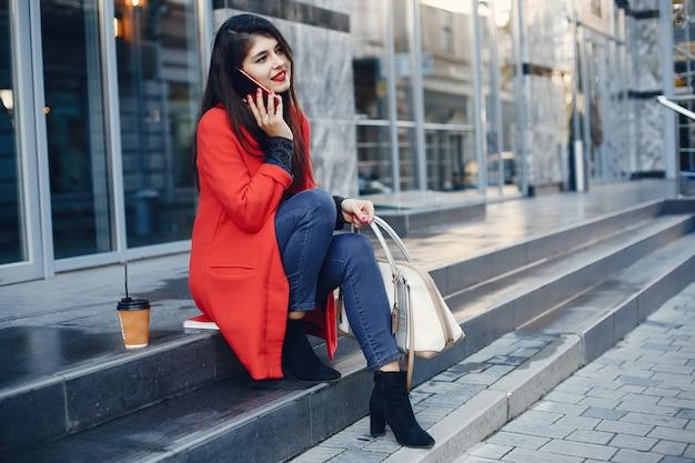 Menina da moda andando em uma cidade de verão