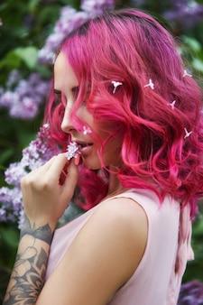 Menina da moda com cabelo vermelho, retrato de primavera lilás